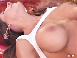 Luxury porn industry star Madison Ivy gets hard screwed by Keiran Lee outdoor